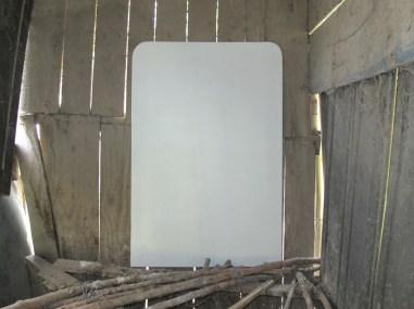 Hen House, veduta dell'installazione presso il pollaio di Casa Sponge (Filippo Marzocchi, Who's afraid of dirty white, 2016) cortesia dell'artista.