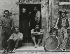 dalla mostra Paul Strand e Cesare Zavattini, Un Paese. La Storia e l'Eredità, © Paul Strand, The Family, Luzzara, 1953