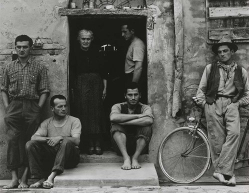dalla mostra Paul Strand e Cesare Zavattini, Un Paese. La Storia e l'Eredità, © Paul Strand, The Family, Luzzara, 1953
