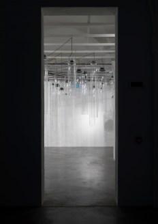 Roberto Pugliese, Emergenze acustiche, 2013, Plexiglass, speakers, cavi audio, cavi in metallo, computer, software, composizione audio Courtesy Galerie Mazzoli, Berlino. Foto Roberto Marossi (1)