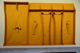 """L'opera di Franz Erhard Walther, Leone d'oro come migliore artista della mostra Viva Arte Viva, Wall Formation """"Yellow Modeling"""", 1985."""