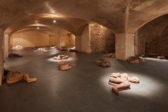 MIMMO PALADINO (Paduli, Benevento, 1948) Dormienti e Coccodrilli, 1999. Terracotta, sonoro. Courtesy dell'artista ( opera esposta al Museo Marino Marini)