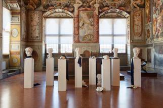 GIULIO PAOLINI (Genova, 1940) Casa di Lucrezio 1981. Calchi in gesso, tessuti, frammenti di tavoletta in gesso incisa, legno. Courtesy Collezione privata (opera esposta a Palazzo Vecchio)