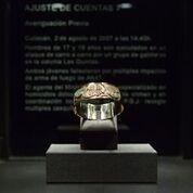 Teresa Margolles, Ajuste de Cuentas17(Regolamento di conti 17)_Vetro intarsiato in oro, vetrina in legno e tecnica mista_170 x 40 x 40 cm_Courtesy MUSACMuseo de Arte Contemporáneo de Castilla y León