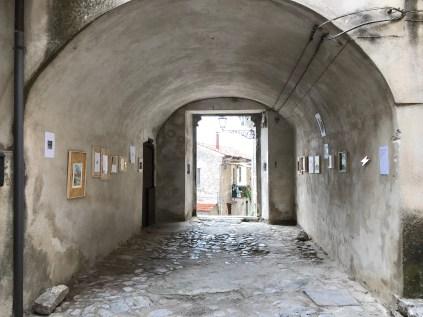 X[ics], exhibition view, nella corte della casa, 2018, courtesy Roccagloriosaresidenzadartista