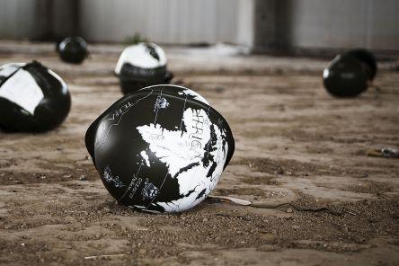 Rocco Dubbini, Ecumene, 2012, pittura acrilica su elmetto alleato in acciaio balistico, instalazione, dimensione variabili, diametro 33 cm cad