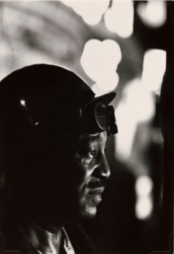 W.Eugene Smith (USA, 1918-1978). Operaio in un'acciaieria / Workman in Mill, 1955-1957 (stampa ai sali d'argento / gelatin silver print 33.97 x 23.49 cm) Carnegie Museum of Art, Pittsburgh. Gift of the Carnegie Library of Pittsburgh, Lorant Collection. © W. Eugene Smith / Magnum Photos