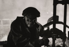 W.Eugene Smith (USA, 1918-1978). Forgiatore / Steelworker, 1955-1957 (stampa ai sali d'argento / gelatin silver print 23.49 x 33.34 cm) Carnegie Museum of Art, Pittsburgh. Gift of Vira I. Heinz Fund of the Pittsburgh Foundation © W. Eugene Smith / Magnum Photos