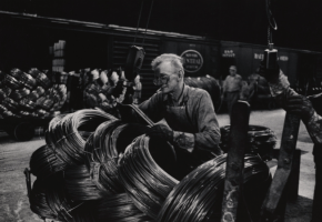 W.Eugene Smith (USA, 1918-1978). Operaio di un'acciaieria che prepara le bobine / Mill Man Loading Coiled Steel, 1955-1957 (stampa ai sali d'argento / gelatin silver print 7 22.86 x 34.61 cm) Carnegie Museum of Art, Pittsburgh. Gift of the Carnegie Library of Pittsburgh, Lorant Collection. © W. Eugene Smith / Magnum Photos