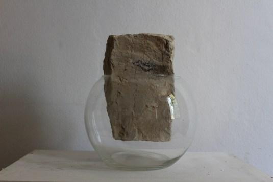 Formastante,2018. pietra di marmo grezzo e ampolla di vetro.