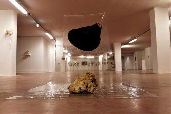 Installation+view,+Formastante,+telo+di+plastica+ad+alta+intesita,+pietra+in+travertino+e+acrilico+nero.