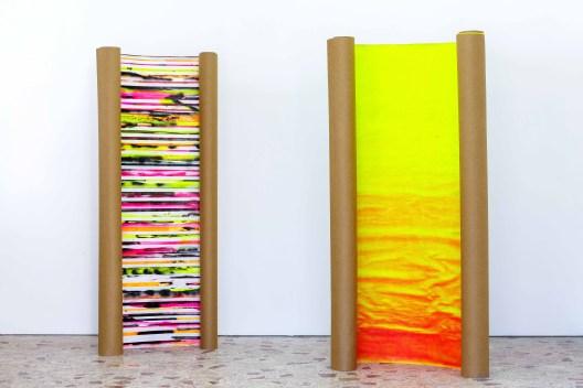 Paolo Bini a sinistra: Spiraglio#2Paesaggio de frammentato (2018). Acrilico e pigmenti su rotoli in carta. H. 220 cm; a destra: Spiraglio#1Luce (2018). Acrilico e pigmenti su rotoli in carta. H. 220 cm