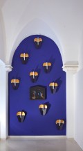 paesaggio-magico-2011installazione-1-foto-a-cuspide-50x475-su-parete-azzurra-e-9-sculture