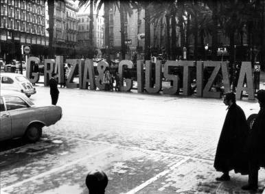 GIANNI PETTENA_GRAZIA E GIUSTIZIA 1_1968_ serie di 8 foto cm 12,7x8,7 cad