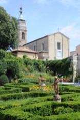 Il giardino del Palazzo Manncinforte e, sullo sfondo, la chiesa di San Francesco