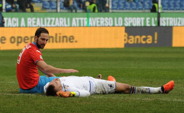 GENOA, ITALY - JANUARY 24: Gonzalo Higuain of Napoli and Emiliano Viviano of Sampdoria during the Serie A match between UC Sampdoria and SSC Napoli at Stadio Luigi Ferraris on January 24, 2016 in Genoa, Italy. (Photo by Getty Images/Getty Images)