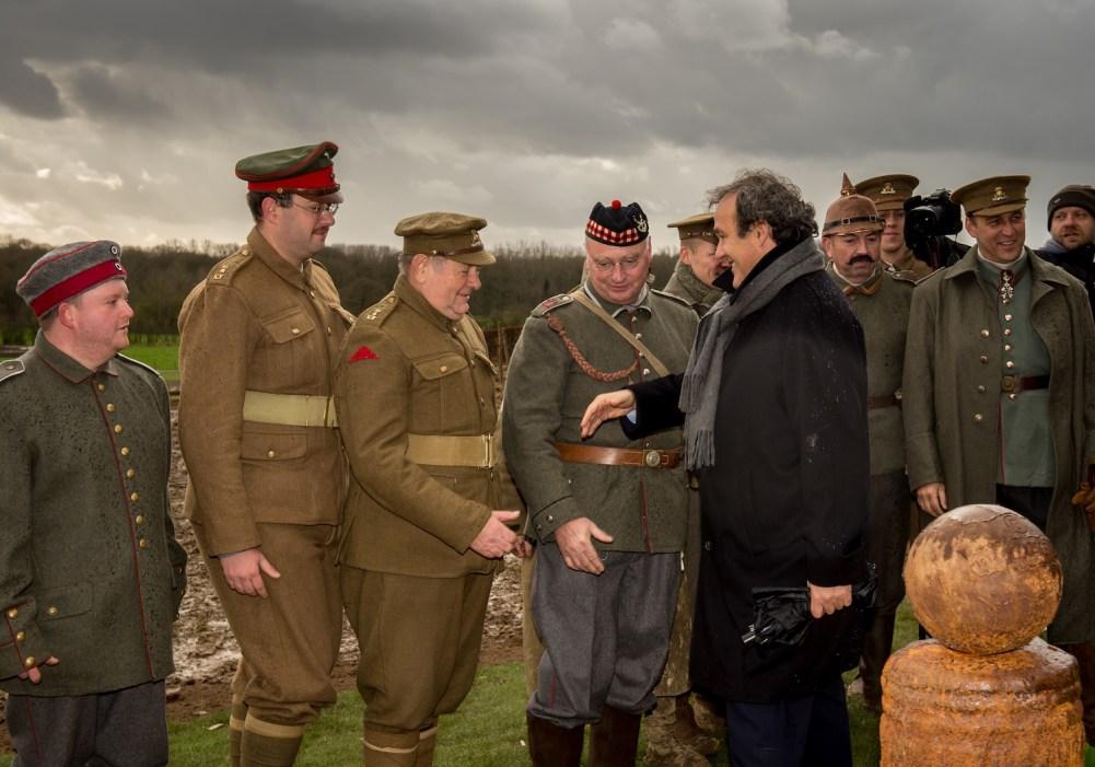 Michel Platini e dei finti soldati della I Guerra Mondiale nel 2014 a Comines-Warneton (Philippe Huguen/Afp/Getty Images)