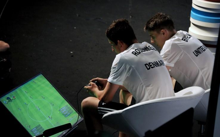 August Rosenmeier eDavid Bytheway all'Interactive World Cup a Rio de Janeiro (Tasso Marcelo/AFP/Getty Images)