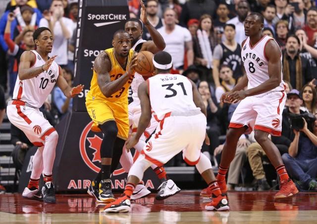 LeBron James circondato da giocatori di Toronto all'Air Canada Centre, lo scorso febbraio (Claus Andersen/Getty Images)