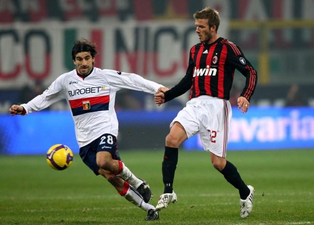 Juric, da giocatore, contrasta David Beckham in Milan-Genoa del gennaio 2009 (Vittorio Zunino Celotto/Getty Images)