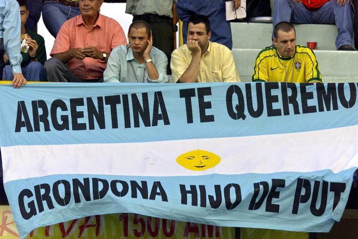 """L'amore per Grondona travalica i confini e arriva fino alla Colombia, dove si disputò la Copa América del 2001 a cui l'Argentina si rifiuta di partecipare, per """"motivi di sicurezza"""" (Rodrigo Arangua/Afp/Getty Images)"""
