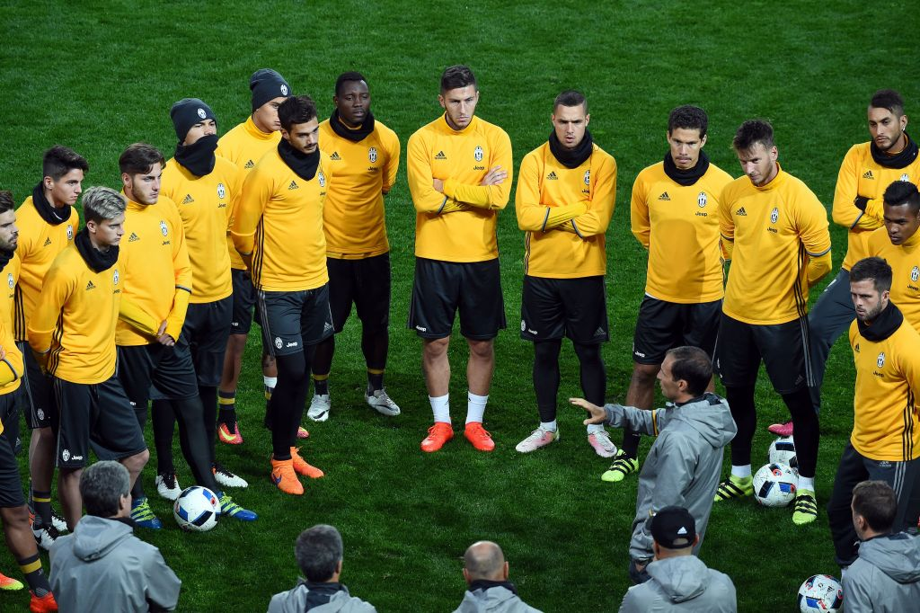 Juventus' Italian manager Massimiliano Allegri (C) gives instructions to players during a football training session in Melbourne on July 22, 2016. / AFP / SAEED KHAN / IMAGE RESTRICTED TO EDITORIAL USE - STRICTLY NO COMMERCIAL USE (Photo credit should read SAEED KHAN/AFP/Getty Images)
