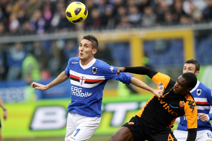 GENOA, ITALY - JANUARY 09: Federico Macheda of UC Sampdoria (L) and Juan Silveira Dos Santos of AS Roma compete for the ball during the Serie A match between Sampdoria and Roma at Stadio Luigi Ferraris on January 9, 2011 in Genoa, Italy. (Photo by Vittorio Zunino Celotto/Getty Images)