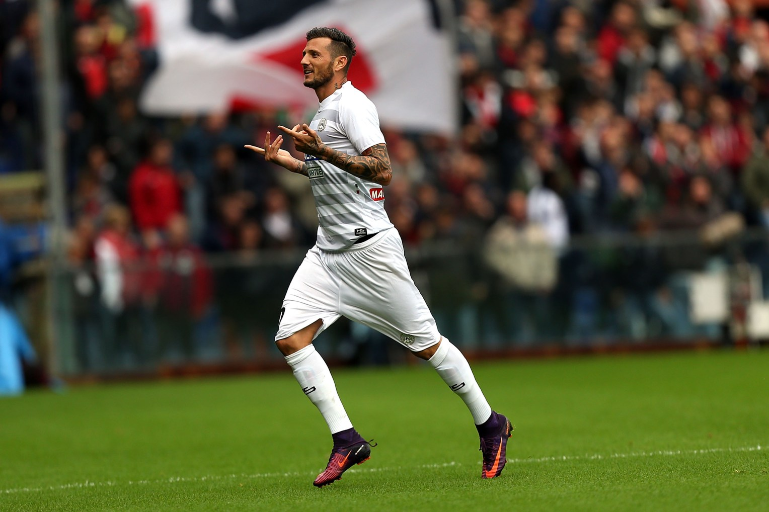 GENOA, ITALY - NOVEMBER 06: Cyril Thereau of Udinese Calcio celebrates after scoring a goal during the Serie A match between Genoa CFC and Udinese Calcio at Stadio Luigi Ferraris on November 6, 2016 in Genoa, Italy. (Photo by Gabriele Maltinti/Getty Images)