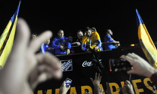 Players of Tigres celebrate with fans their victory against America in the final of the Mexican Apertura 2016 tournament football match at the Universitario stadium, in Monterrey, on December 25, 2016. / AFP / PEDRO PARDO (Photo credit should read PEDRO PARDO/AFP/Getty Images)