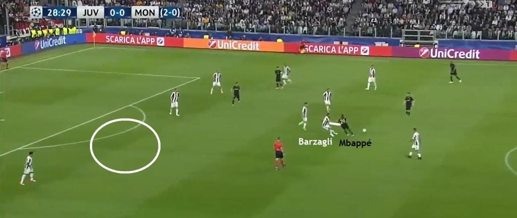 Qui siamo nel match di ritorno, ma il concetto è lo stesso. Barzagli abbandona la sua zona per contrastare la punta francese