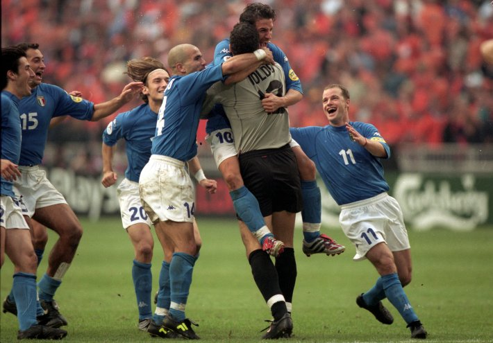 29 Jun 2000: Italy celebrating reaching the final after the European Championships 2000 Semi Final against Holland at the Amsterdam ArenA, Amsterdam, Holland. The match was drawn 0-0 after extra time, but Italy won on penalties 3-1. Mandatory Credit: Ben Radford /Allsport