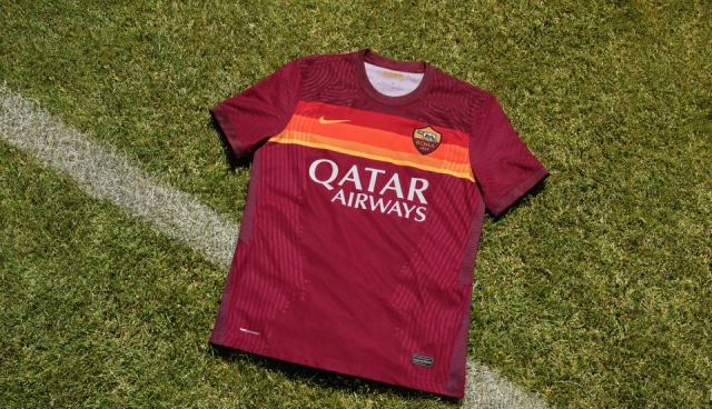 Il nuovo home kit della Roma è un omaggio al passato