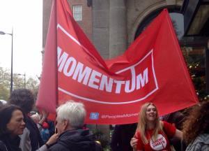 Momentum è il movimento di base a sostegno di Corbyn , nato dopo la vittoria alle primarie