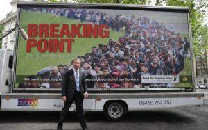 """Farage, leader dello Ukip. Sul manifesto la scritta """"Punto di rottura"""""""