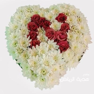 مجسم قلب مغطى بالزهور