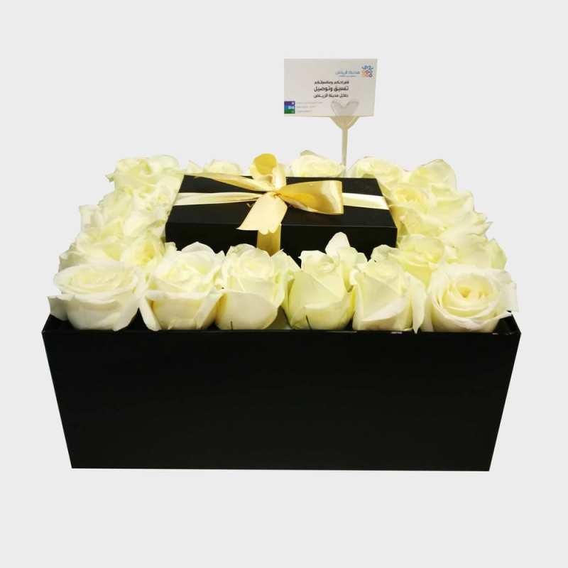 هدية داخل صندوق محاطة بالورد
