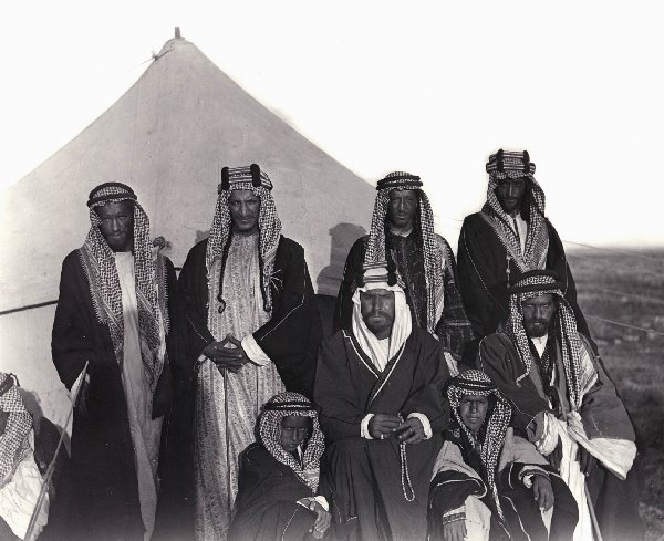 Abdul Aziz (Ibn Saud) with his brother Saad standing behind him to his right, March 1911
