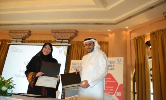 Dr. Rukaia Gashgari of Biological Science Department of King Abdulaziz University with Yasser Johari, managing director of Unilever in the Kingdom, at the signing ceremony. (AN photo)
