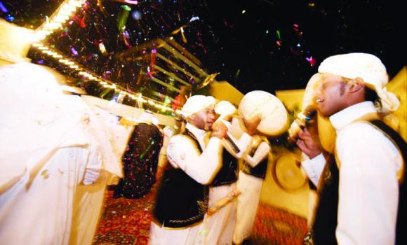 Traditional singers enliven the atmosphere at many wedding parties.