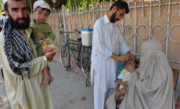 A Pakistani health worker administers polio vaccination drops to a child in Peshawar in this May 20, 2014, photo. (AFP Photo/A Majeed)