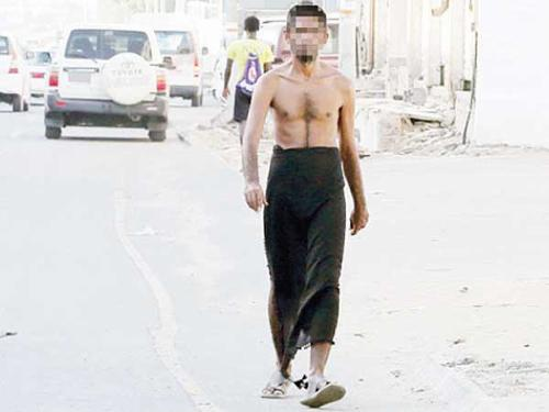 Muhammad Ali walking aimlessly on Al-Shuhada Road in Makkah.
