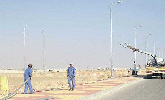 Al-Ahsa-municipality-men-work-on-street-light-projectin-khurais-road