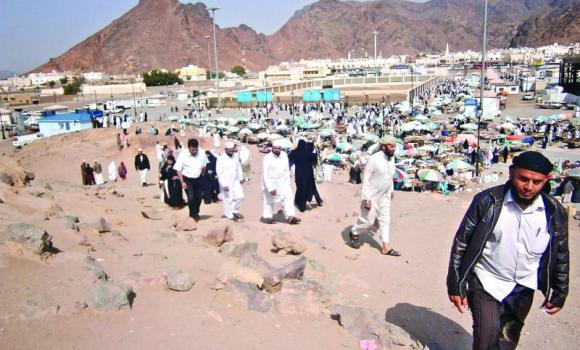 Visitors at the Uhud hillock.