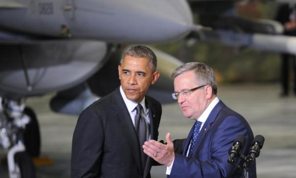 US President Barack Obama, left, looks on as Polish President Bronislaw Komorowski gestures during a meeting with Polish and US soldiers at the military airport in Warsaw, Poland, on Tuesday, June 3, 2014. (AP Photo/Alik Keplicz)