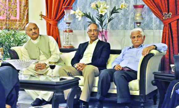 Pakistani parliamentarians Mushahid Hussain, left, and Farhatullah Babar, right, with Pakistan Consul General Aftab Khokhar during a conversation with journalists in Jeddah.