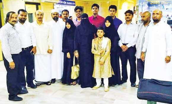 Abdul Aziz and his family with Indian Embassy volunteers and social workers before their departure in Riyadh.