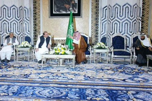 Pakistan Prime Minister  Mohammad Nawaz Sharif talks to Prince Mishaal Bin Majed, governor Jeddah, on arrival in Jeddah on Sunday. The Pakistani premier is in the Kingdom to perform Umrah and hold bilateral talks with Saudi officials