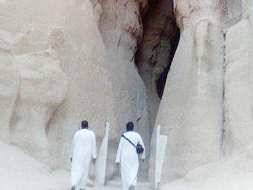 Al-Qarrah Mount in Al-Ahsa lures tourists with its magnificent rocks and caves.