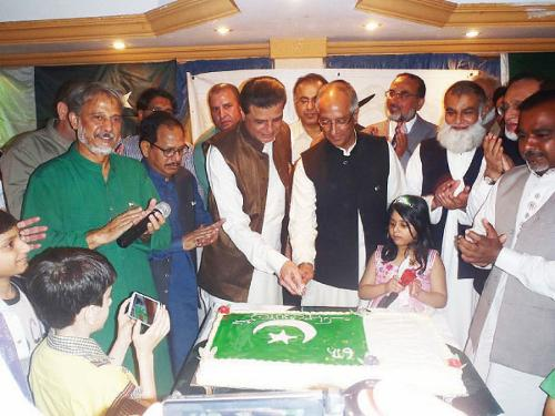 The cake cutting ceremony at the event organized by the Pakistan Journalists Forum on the occasion of Pakistan's Independence Day.
