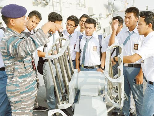 Students of the Indonesian School in Jeddah tour KRI Bung Tomo 357